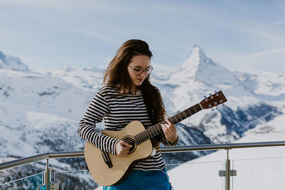 The young singer from Thun, Veronica Fusaro, strapped on skis and visited the outer stages of the festival.