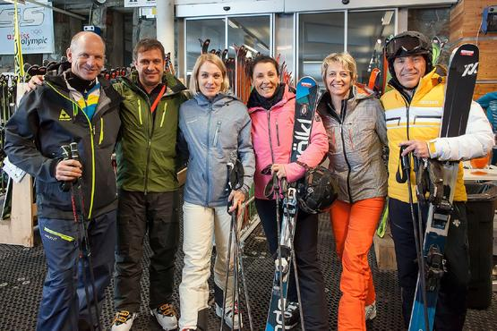 Famous former ski stars with companions: Mike von Grünigen, Jörg Seewer, Karin Seewer-Roten, Maria Anesini-Walliser, Chantal Bournissen and Guido Anesini (l. to r.) get their skis in the test centre at Trockener Steg.