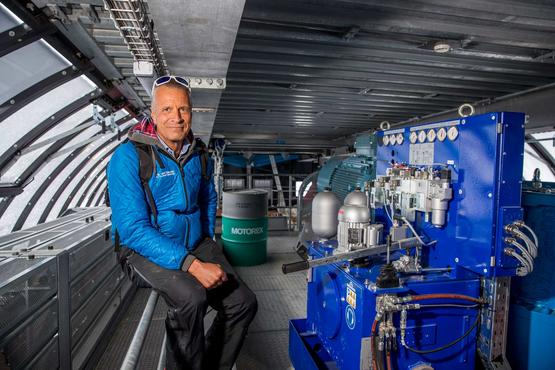 At the chairlift engine: Markus Hasler is fascinated by the latest lift technology at Blauherd. As CEO, he is often in the ski area.