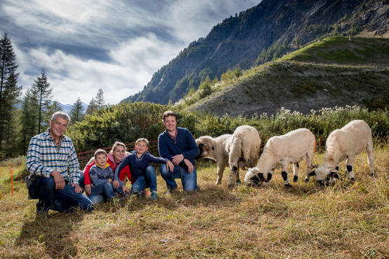 Family Julen with their sheep on the meadow (from left): Paul Julen, Rajan, Rebecca, Jarno and Paul-Marc.