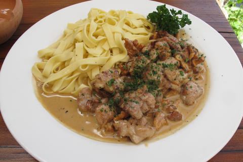 Veal sweetbreads with chanterelle cream sauce  (for 4 persons)